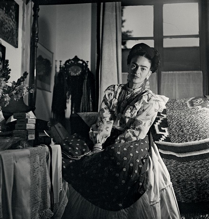 Czarno-białe zdjęcie przedstawiające kobietę stojącą w pomieszczeniu