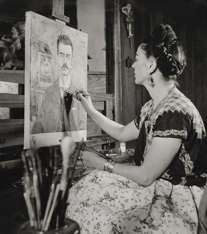 Czarnoo-białe zdjęcie przedstawiające kobietę malującą obraz