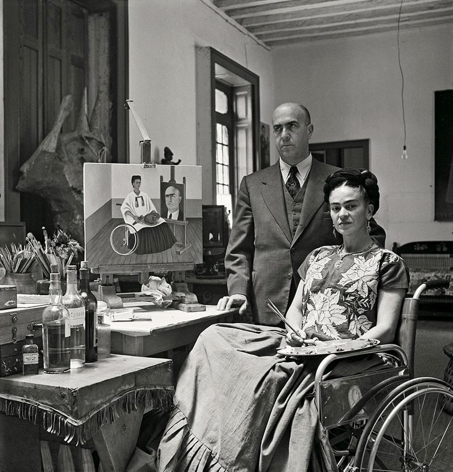 Kobieta przy biurku siedząca na wózku inwalidzkim
