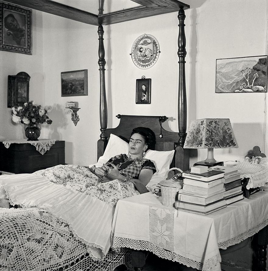Czarno-biała fotografia przedstawiająca kobietę leżącą na w łóżku