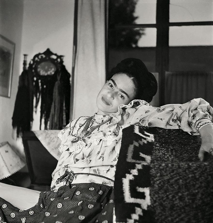 Uśmiechnięta kobieta siedząca na kanapie