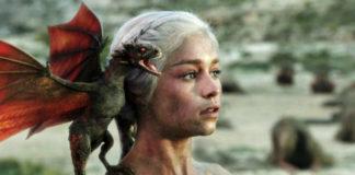 Jasnowłosa kobieta ze smokiem na ramieniu