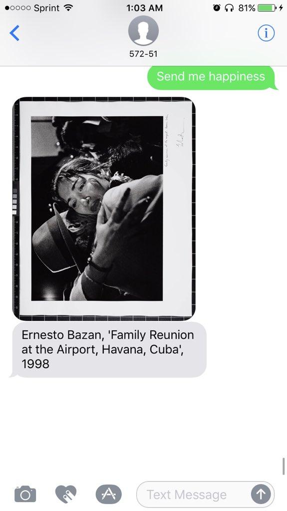zdjecie wiadomosci tekstwoej na ktorej jest zdjecie pochodzace z kolekcji San Francisco Museum of Modern Art. Widac przytulajaca sie kobiete do mezczyzny. Zdjecie przedstawia rodzine, ktora spotkala sie po latach. Jest czarno biale