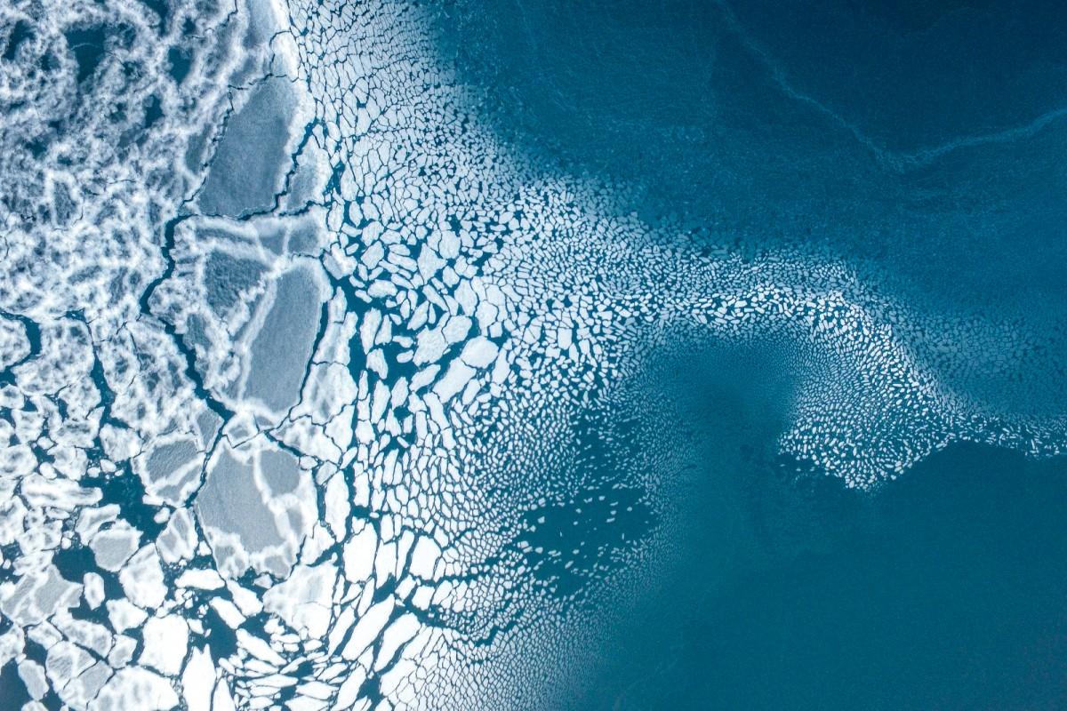 Zdjęcie z lotu ptaka przedstawiajace popękany lód.