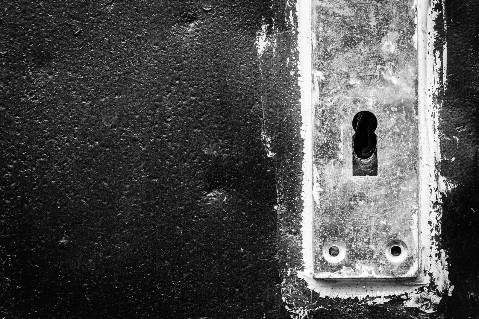 Dziurka od klucza na czarno-białym zdjęciu