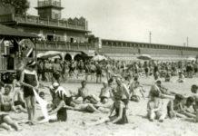 Czarno-białe zdjęcie sprzed kilkudziesięciu lat przedstawiające plażowiczów