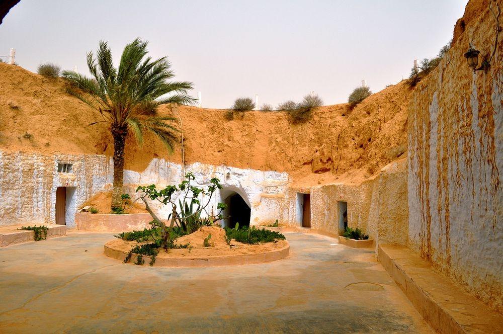 Zdjęcie domostwa w Tunezji. Wydrążone w ziemi tunele, gdzie mieściły się mieszkania były inspiracja dla Goerga Lucasa przy tworzeniu planety Tatooine