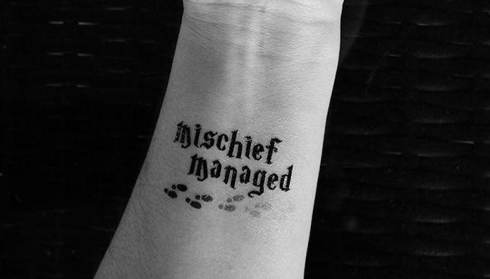 "Tatuaż w formie napisu ""Mischief managed"" (""Koniec psot"")"
