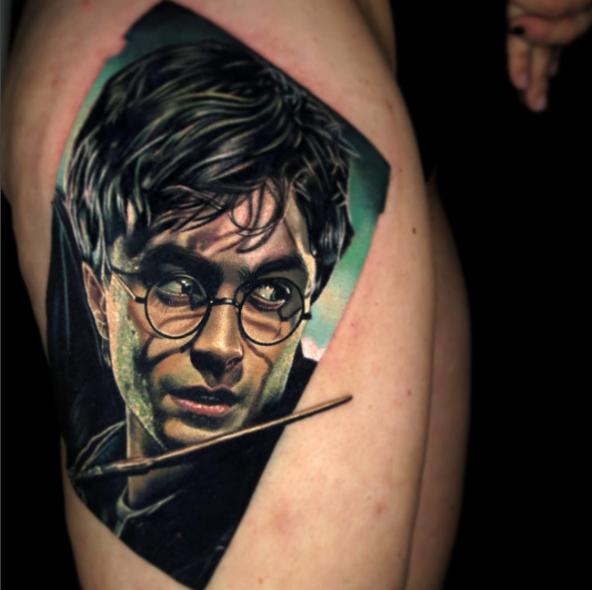 Kolorowy, realistyczny tatuaż z portretem Harry'ego Pottera