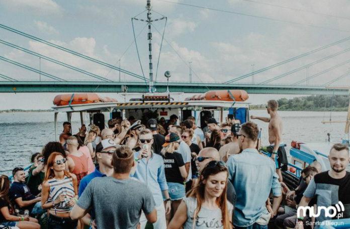 Tłum ludzi tańczących na łódce
