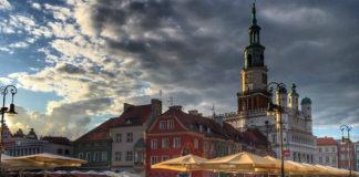 Panorama rynku Poznańskiego, a w tle chmury o zachodzie słońća