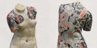 Rzeźba półnagiej kobiety bez głowy pokryta ciemnymi tatuażami