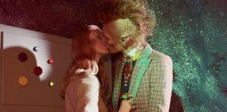 Całująca się rudowłosa kobiet z kosmitą