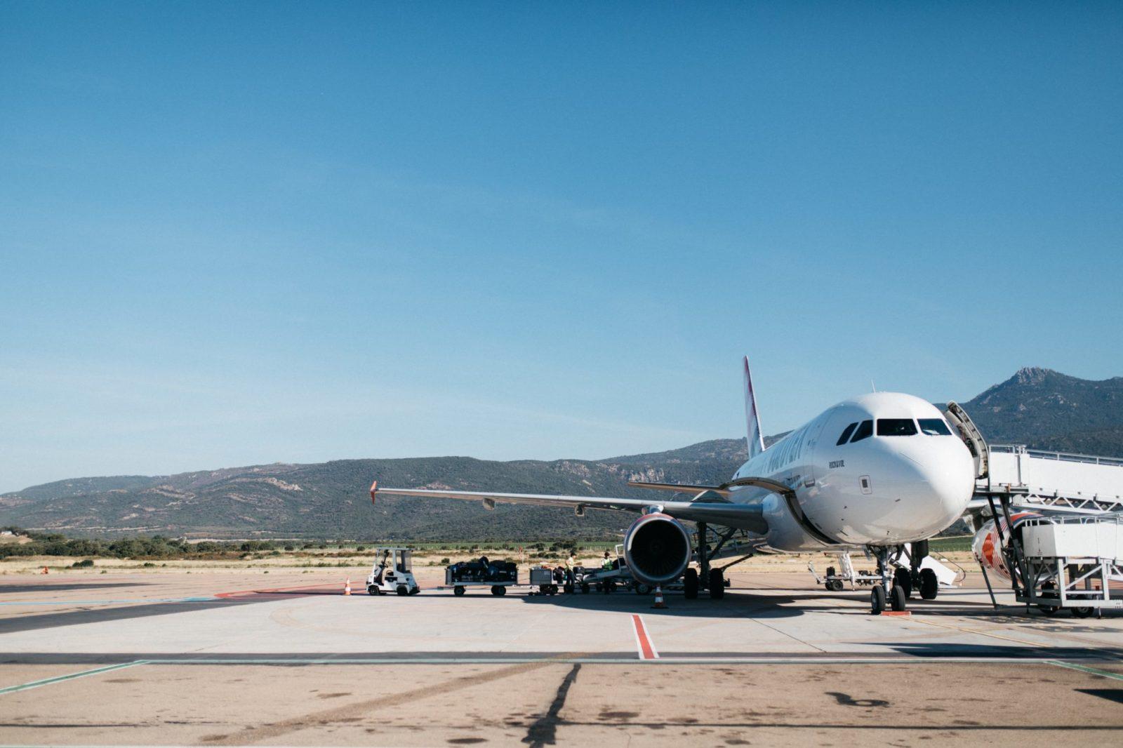 Samolot stojący na płycie lotniska