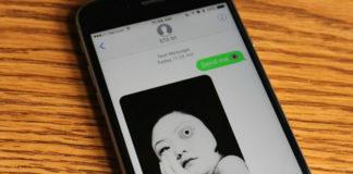 Telefon leżący na drewnianym blacie z otwartą wiadmością
