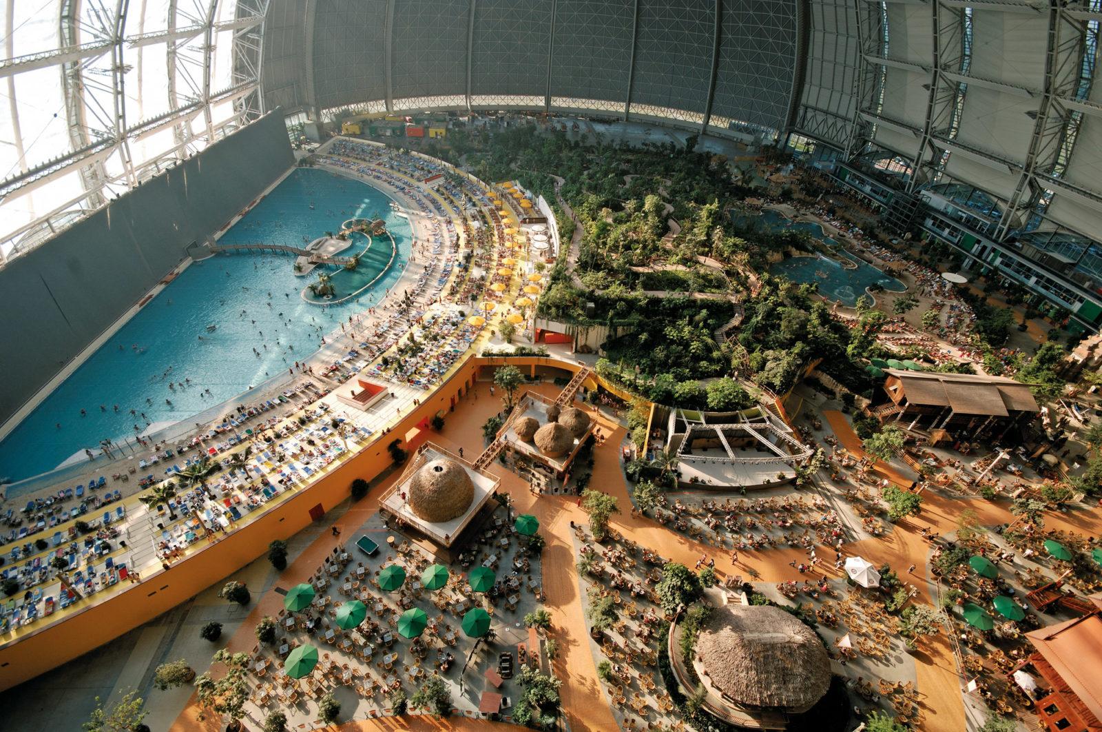 Zdjecie z lotu ptaka, ktore przedstawia ogromny obszar niemieckiego aquaparku w calej okazalosci.
