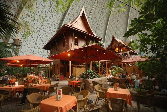 Bar, gdzie mozna zjesc, napic się i odpocząć po wizycie w niemieckim Aquaparku