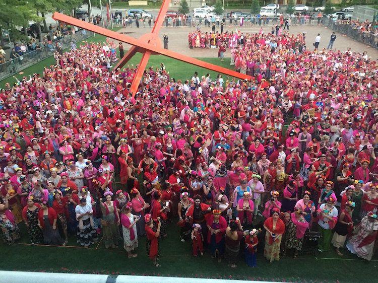 Tłum ludzi z lotu ptaka, wszyscy ubrani w różowe chusty