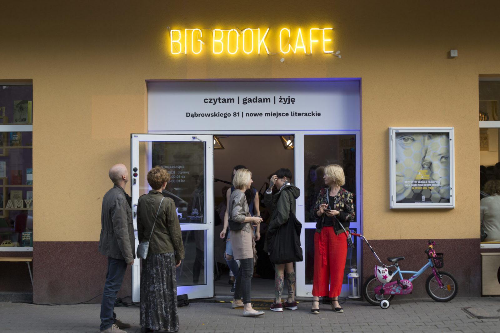 Widok wejścia do kawiarnii - żółte ściany i neon Big Book Cafe
