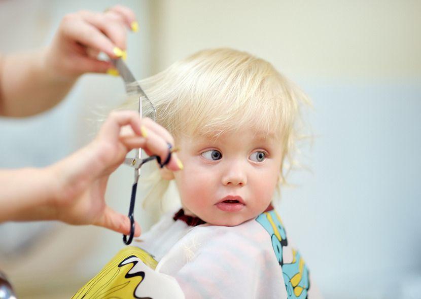 Chłopiec, któremu ktoś obcina włosy