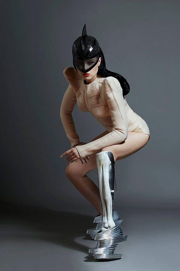Modelka z protezą nogi ubrana w futurystyczny kostium