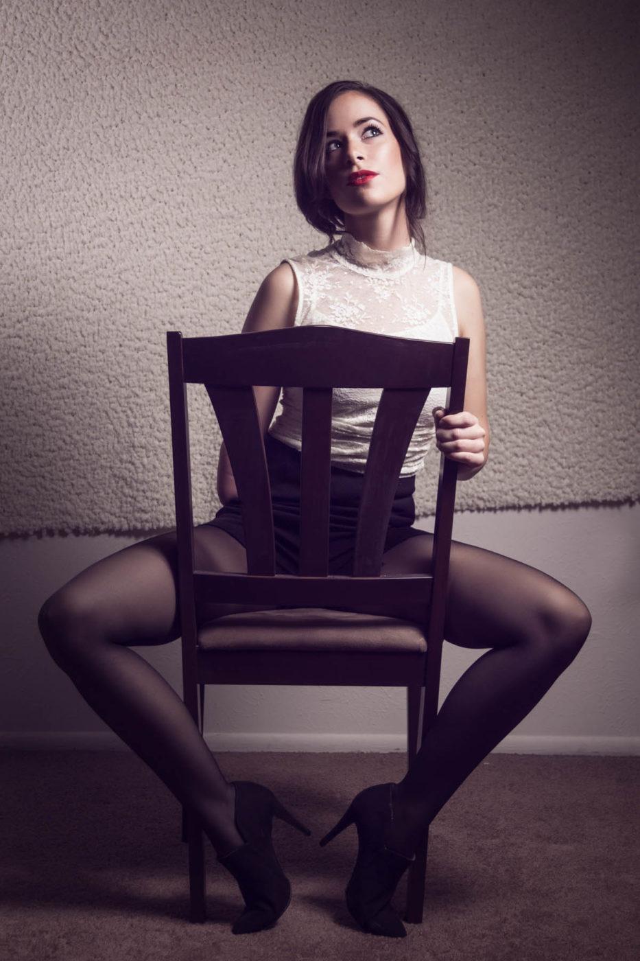 Dziewczyna siedząca na krześle z amputowanym prawym przedramieniem