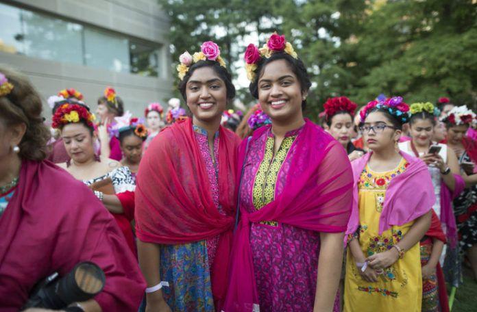 Dwie kobiet przebrane za Fridę Kahlo - z kwiatami we włosach, różowym szalem na ramionach i charakterystyczną monobrwią