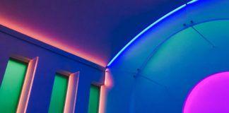 Oświetlone neonami wnętrze kaplicy