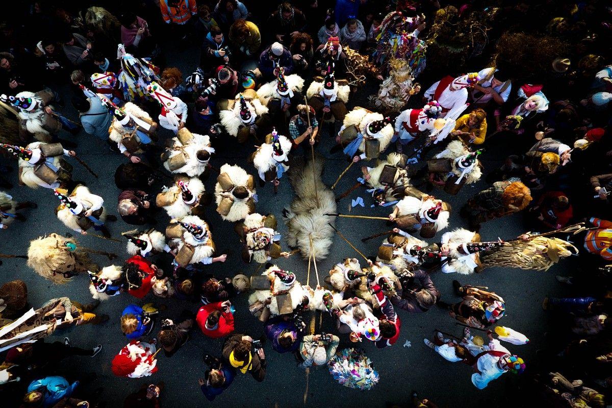 Zdjecie ludzi z perspektywy lotu ptaka, ktorzy biorą udział w hiszpańskim festiwalu La vijanera. . Przedstawia grupę uczestników, ktorzy stoją nad owczą skrórą.