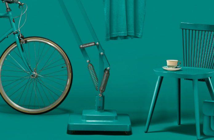 Krzesło, lampa i rower w kolorze Marrs Green