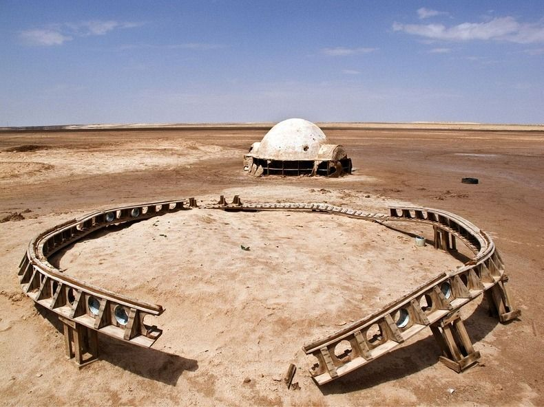 Zdjecie iglo na pustyni. Podobe do powyzszego mieli bohaterowie Gwiezdnych Wojen kręconych na tej pustyni. Prawdopodobnie pozostalosci z nagrywanych scen.