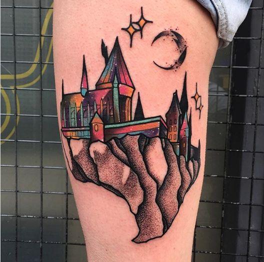 Kolorowy tatuaż z zamkiem Hogwart