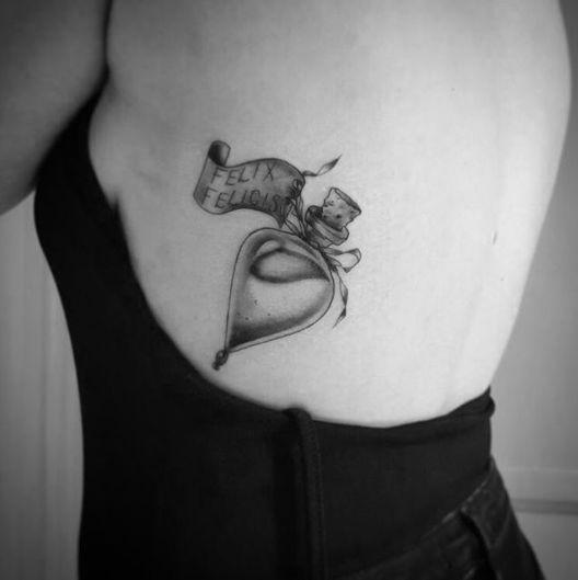 Tatuaż na żebrach z flakonem Felix Felicis