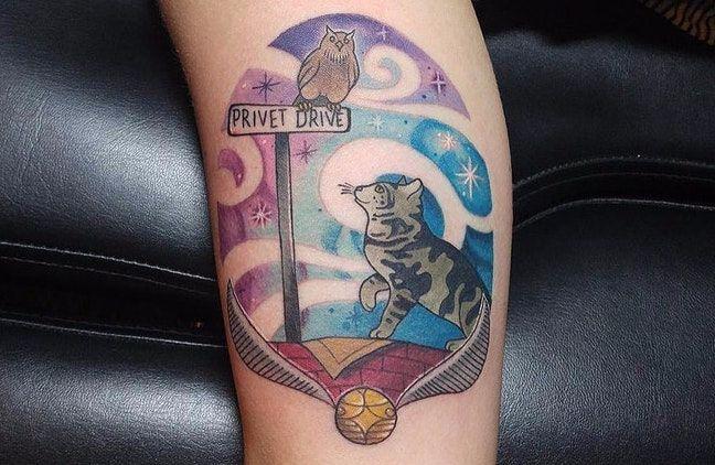 Kolorowy tatuaż z kotem i sową