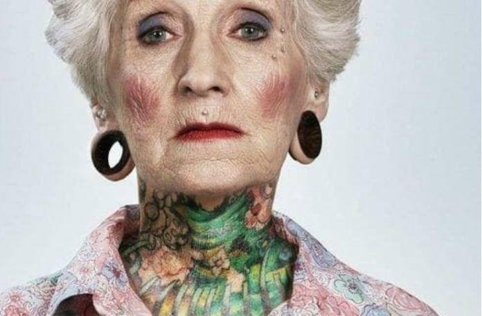 Wytatuowana starsza kobieta