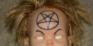 Lalka z białymi oczami i pentagramem na czole