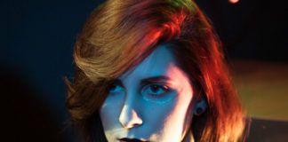 Kobieta z włosami do ramion z oświetloną twarzą