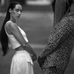 Czarno-białe zdjęcie kobiety i mężczyzny stojących naprzeciwko siebie