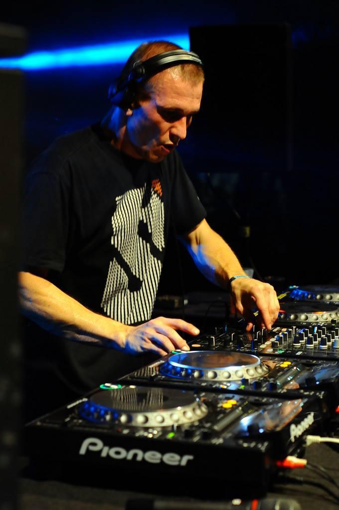 DJ grający za konsoletą