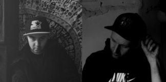 Dwie czarno-białe fotografie przedstawające dwóch raperów ubranych w bluzy i czapki z daszkiem