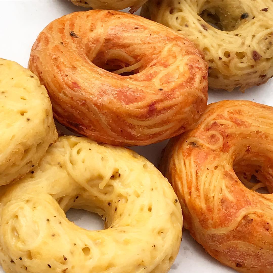 3 rodzaje donutów leżące na blacie