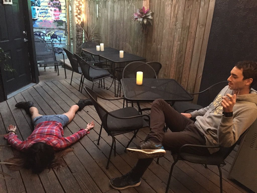 Dziewczyna leżąca twarzą do ziemi w kawiarni