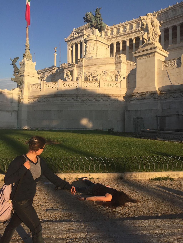 Dziewczyna leżąca na chodniku twarzą do ziemi
