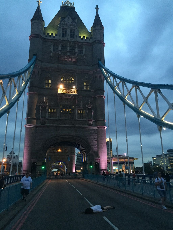 Dziewczyna leżąca na moście w Londynie