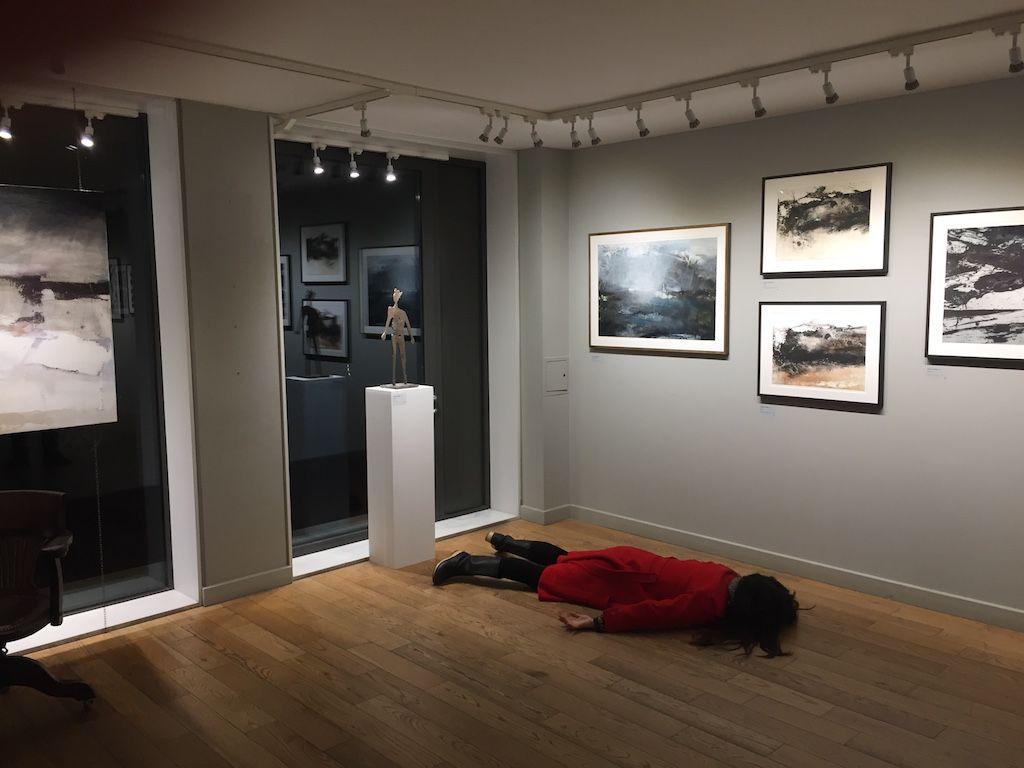 Dziewczyna leżąca twarzą do ziemi w muzeum