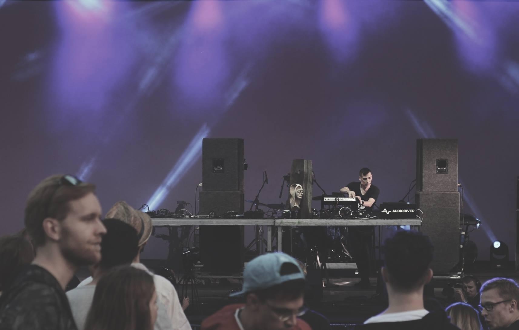 DJ na scenie grający na imprezie