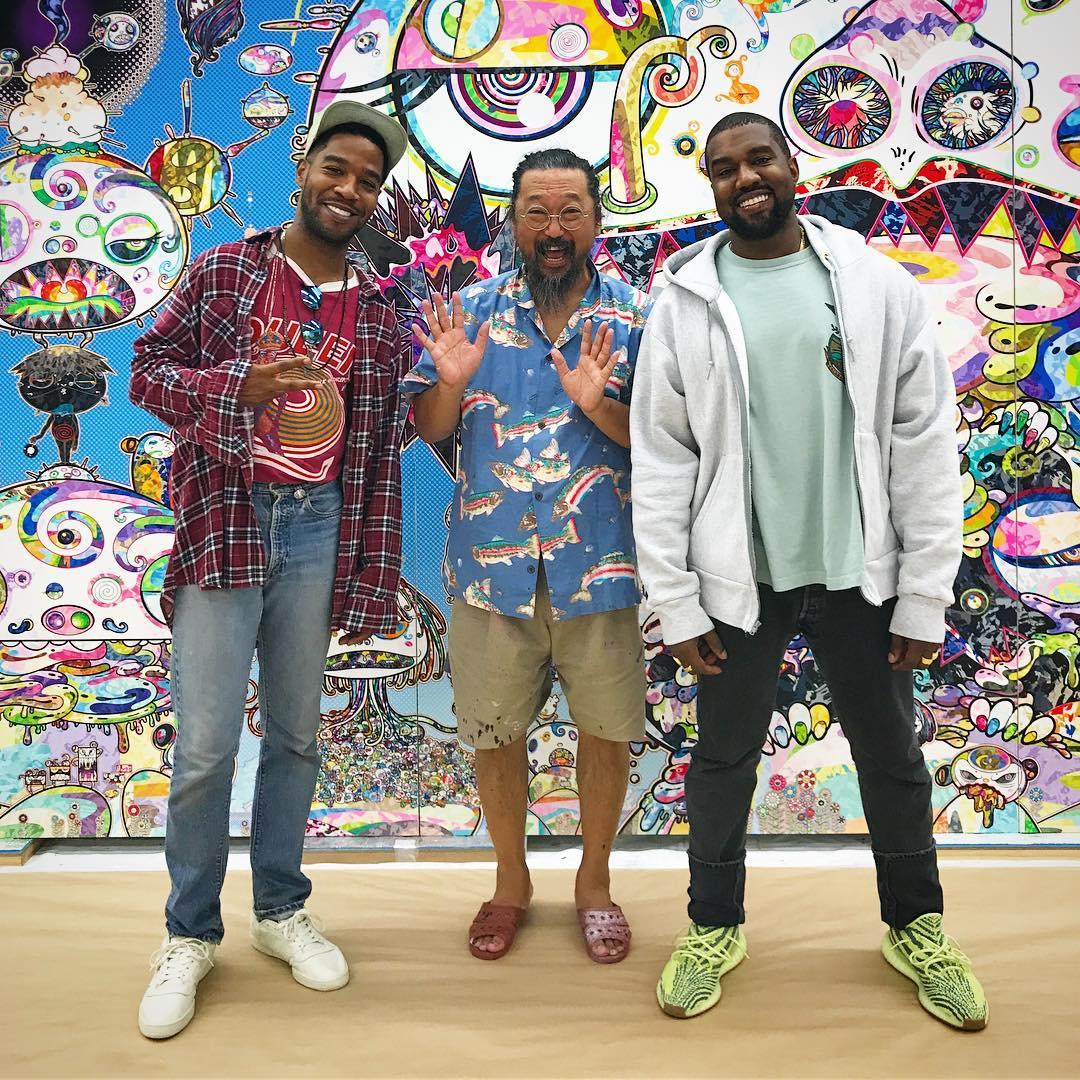 Kid Cudi, Kanye West i japoński producent pozują do zdjęcia.