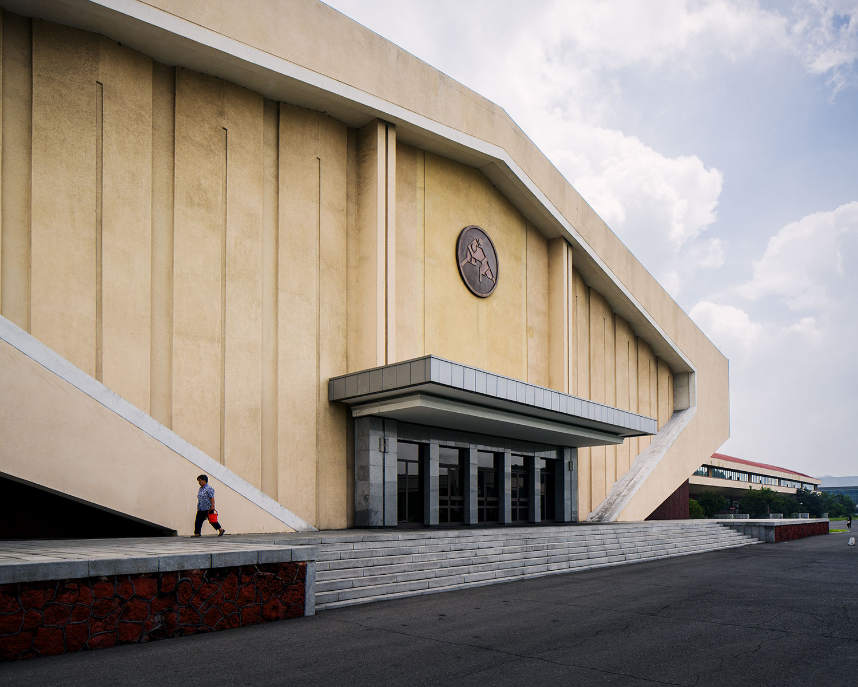 Duży budynek w kształcie symetrycznej bryły
