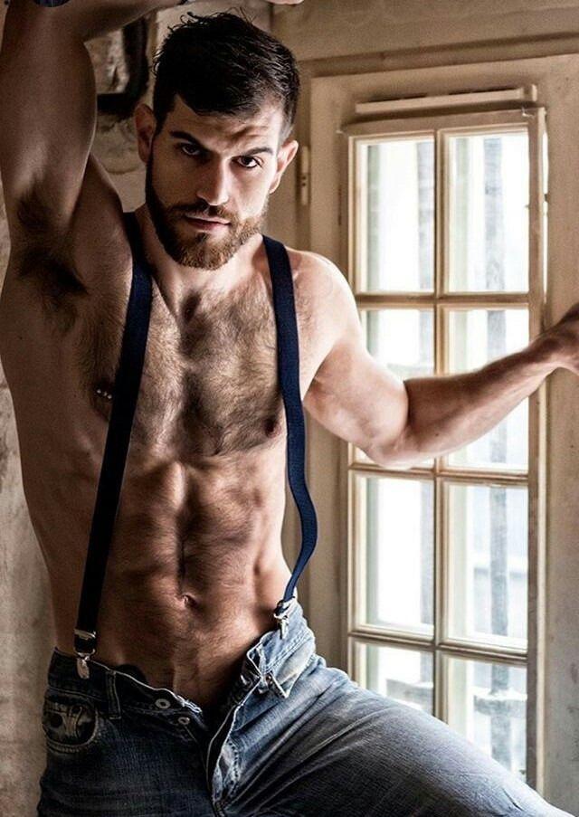 Mężczyzna bez koszuli ale w szelkach i jeansach