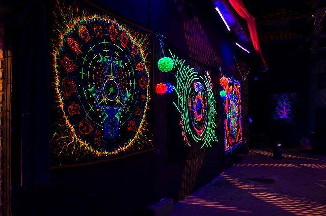 Wzoru świetlne na ścianie w klubie.